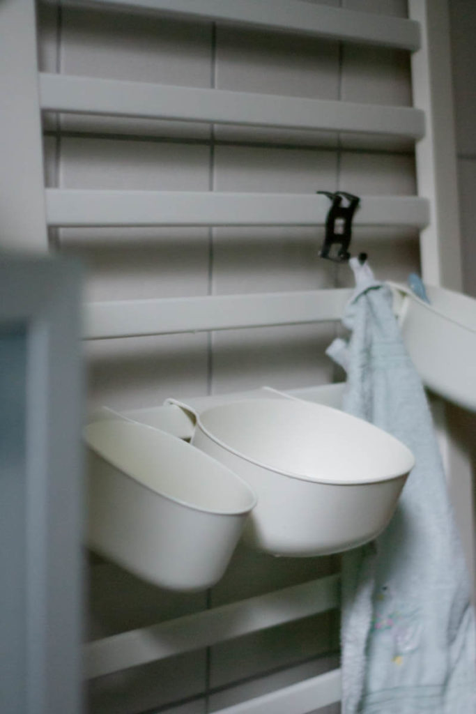 Kinderwaschtisch für kleine Badezimmer, DIY Waschtisch für Kinder, Waschplatz für Kleinkinder, Kinder selbständiges Händewaschen, Hände waschen mit Kleinkindern, Waschplatz nach Montessori für kleine Badezimmer